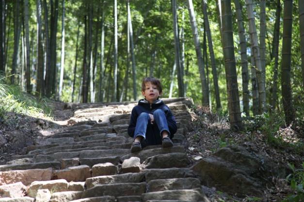 Max en haut des marches